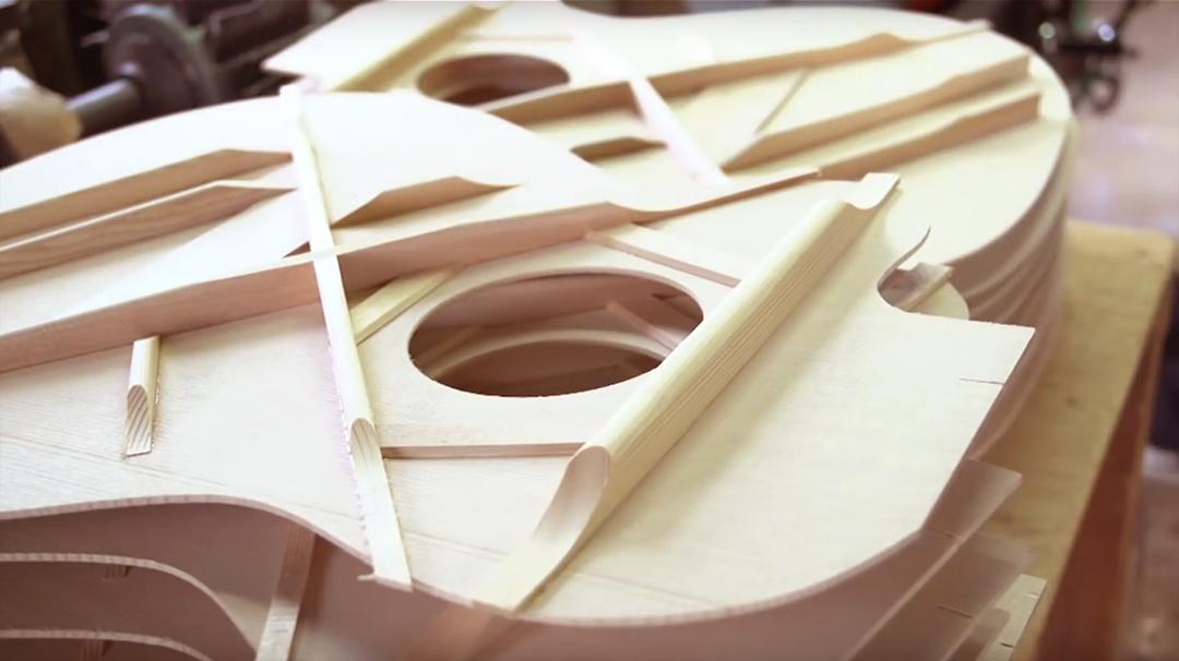 製造中のK.Yairiのギターの様子
