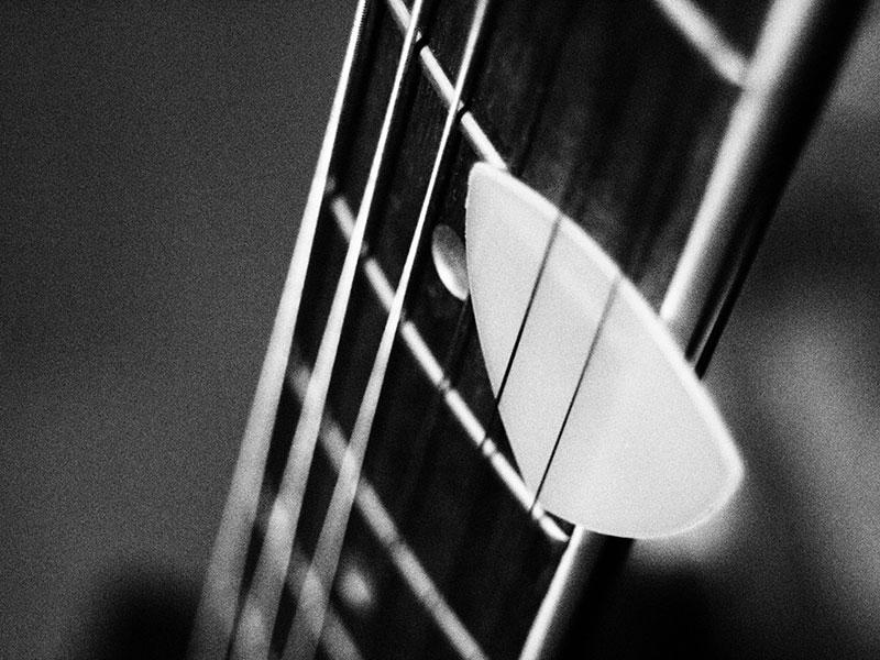 ギターピックと指板と弦_イメージ