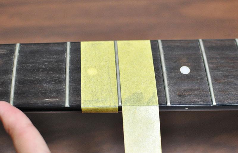 磨くフレットの左右にマスキングテープを貼って保護
