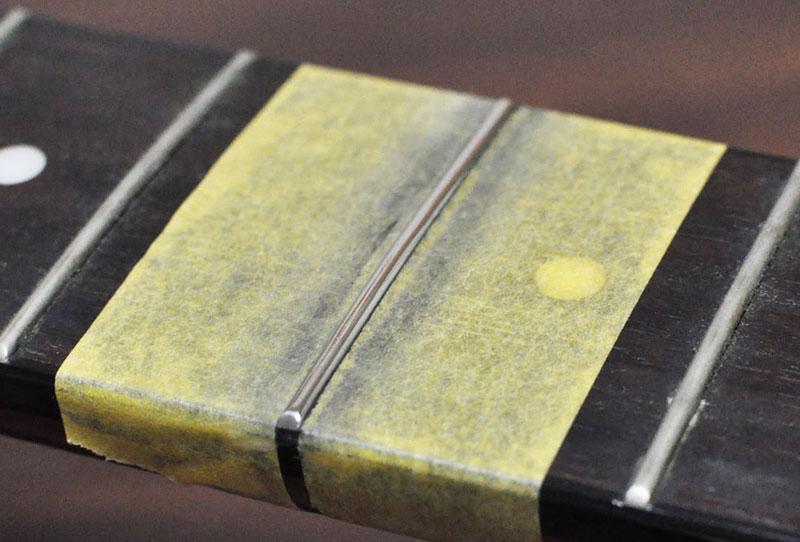 マスキングテープで保護し、キレイに磨き終わったフレット。