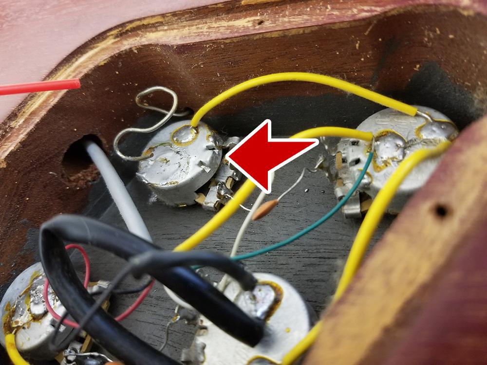 ギターのツマミに使われるポットには足の辺りに隙間がある