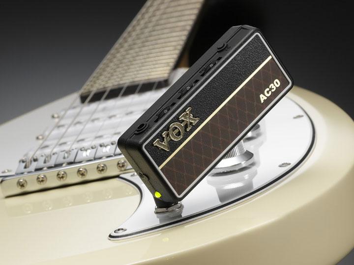 amPlug2はシールドいらずでエレキギターに直接挿すだけ